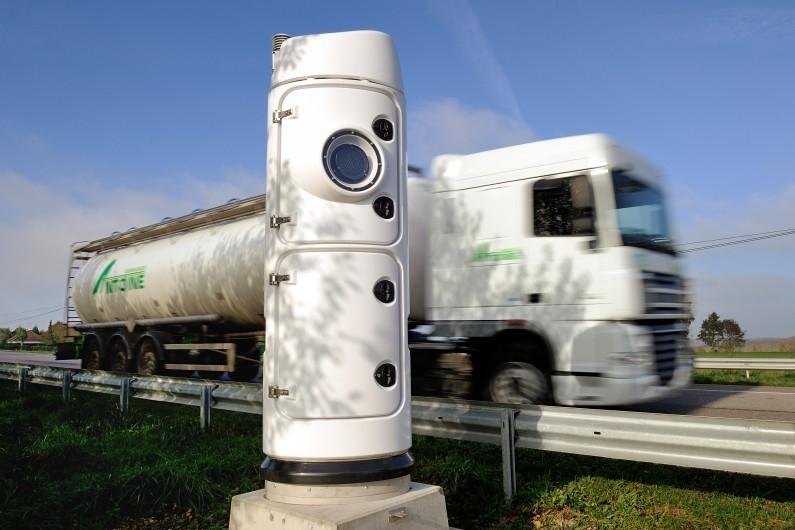 Un camion de transport passe à côté d'une borne écotaxe à Lisieux