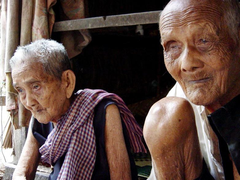 Sek Yim, 120 ans, et sa femme Ouk, 108 ans, au Cambodge, en 2003 (illustration).