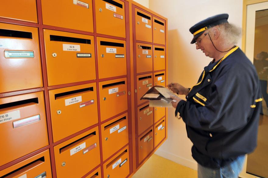 Un facteur distribue le courrier (illustration)