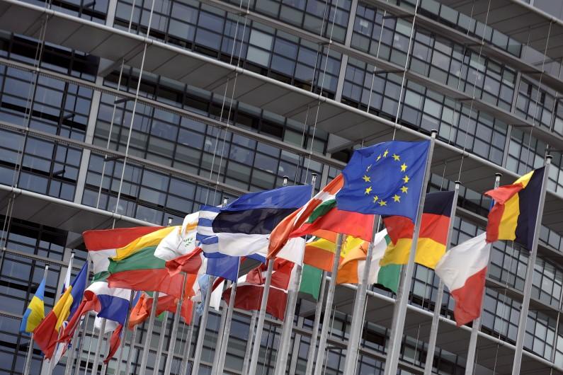 Les drapeaux des États membres de l'Union européenne, devant le Parlement