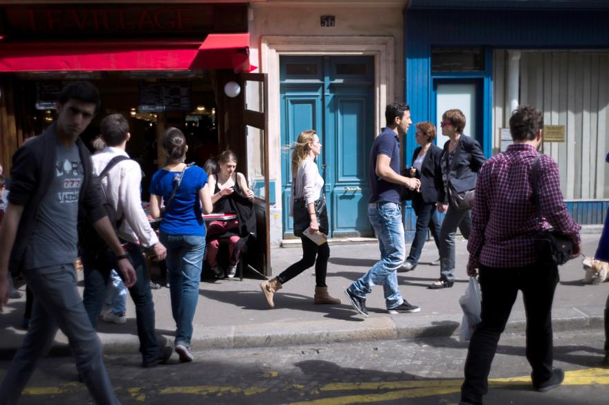 Les jeunes français feraient à peine plus de pas que les seniors chaque jour, selon une enquête BVA