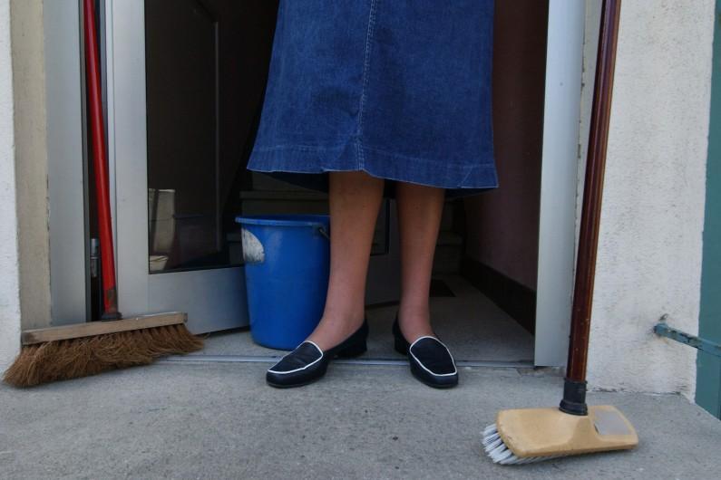 Balayer, débroussailler ou nettoyer, les habitants de Peyrissas mettent la main à la pâte pour éviter la hausse des impôts locaux (image d'illustration).