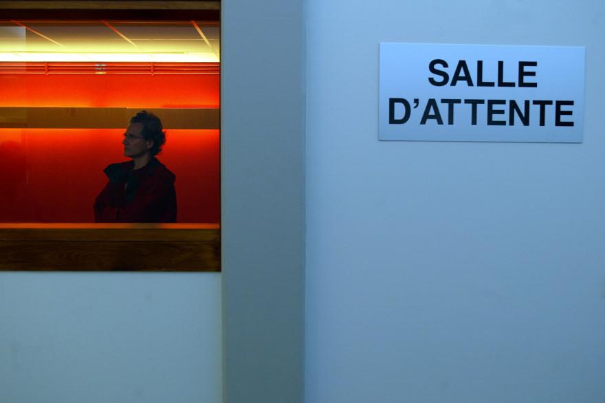 Une personne patiente dans la salle d'attente du service d'urgence de l'hôpital de Hautepierre, le 4 mai 2005 à Strasbourg (image d'illustration)