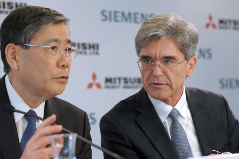 Le PDG de Siemens Joe Kaeser (à droite) et celui de Mitsubishi Shunichi Miyanaga (à gauche), lors d'une conférence de presse sur leur offre pour Alstom à Paris le 17 juin 2014.