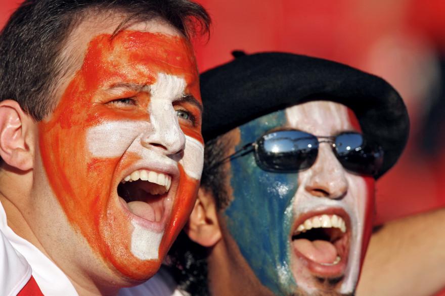 Un supporter suisse et un fan des Bleus lors du Mondial 2006 en Allemagne