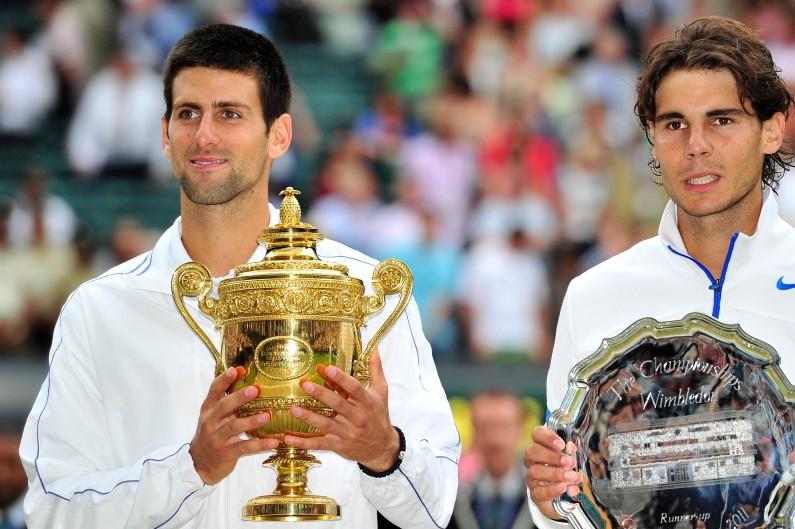 Raphaël Nadal et Novak Djokovic après leur finale à Wimbledon en juillet 2011 (archive).
