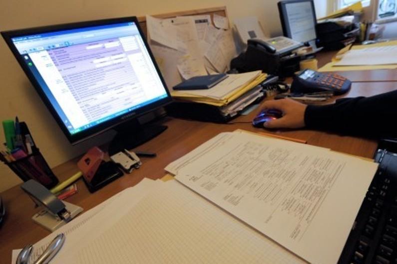 Un employé dans un bureau (image d'illustration)