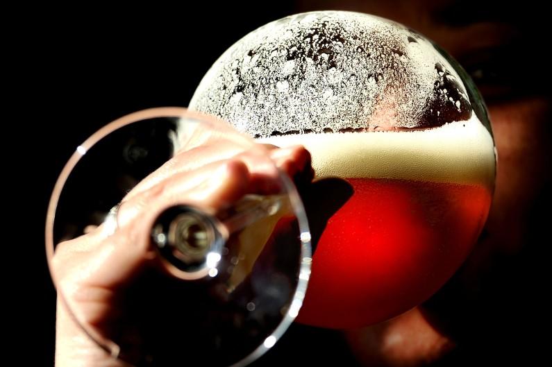 Un client d'une brasserie de Blaringhem, dans le Nord, boit une bière artisanale, le 4 octobre 2012 (archives)