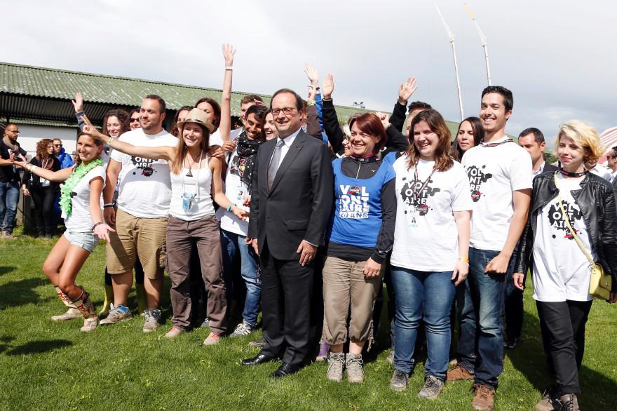 François Hollande entouré de jeunes à Solidays dimanche 29 juin 2014