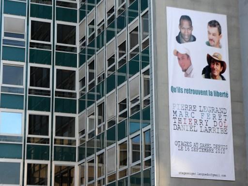 Poster de quatre otages français retenus par Aqmi affiché sur le Conseil général de Nîmes, le 17 janvier 2013.