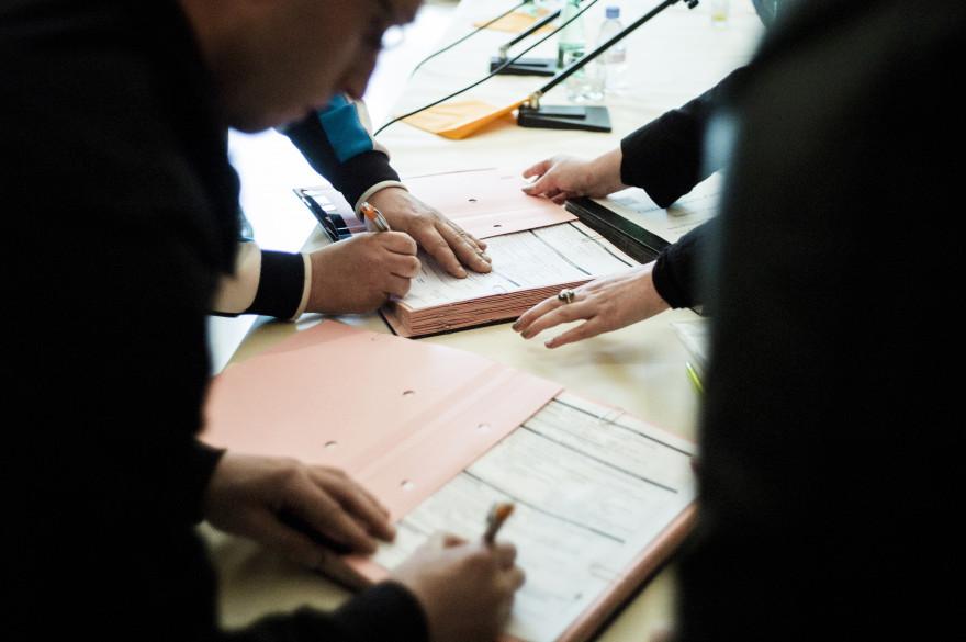 Un jeune signe un contrat (Illustration).