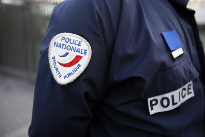 Un policier patrouille dans les rues de la Zone de Sécurité Prioritaire de Sarcelles, le 13 janvier 2014 (illustration)