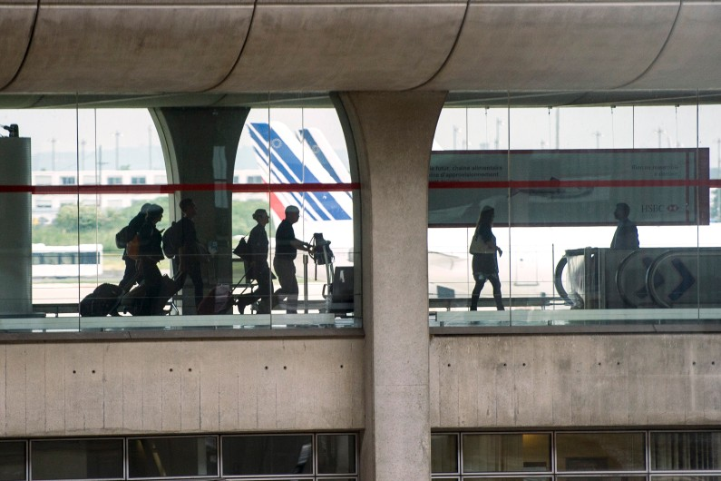 Des voyageurs à l'aéroport Roissy-Charles-de Gaulle