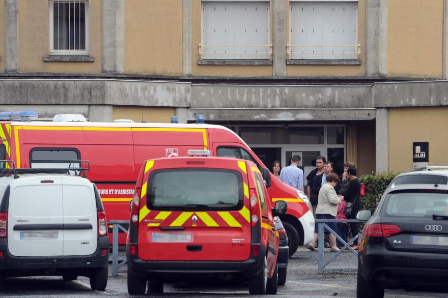 Les secours devant l'école d'Albi où une enseignante a été mortellement poignardée par une mère d'élève, le 4 juillet 2014.