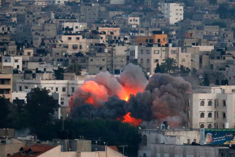 Des flammes s'échappent d'un immeuble de Gaza, frappé par un tir israélien le 9 juillet