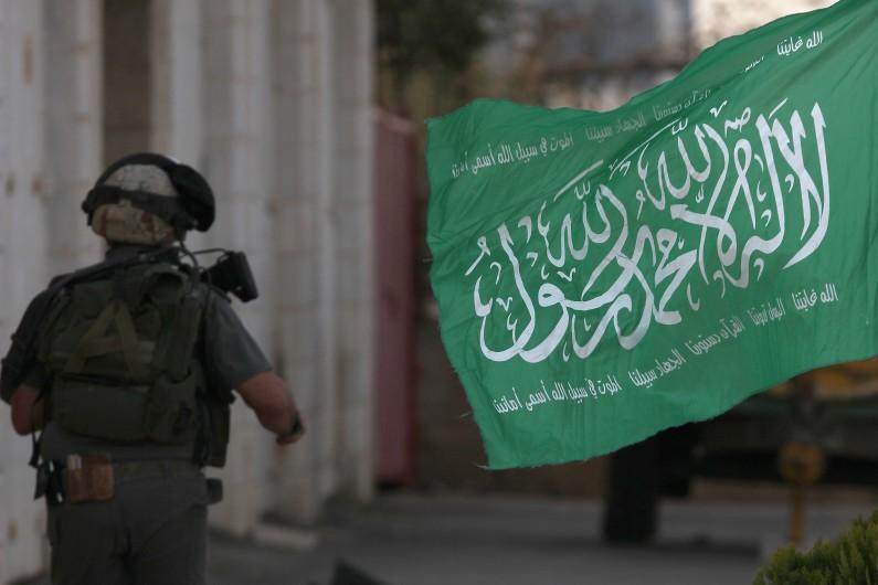 Un soldat israélien passe devant un drapeau du Hamas dans la bande de Gaza en novembre 2012 (image d'illustration).