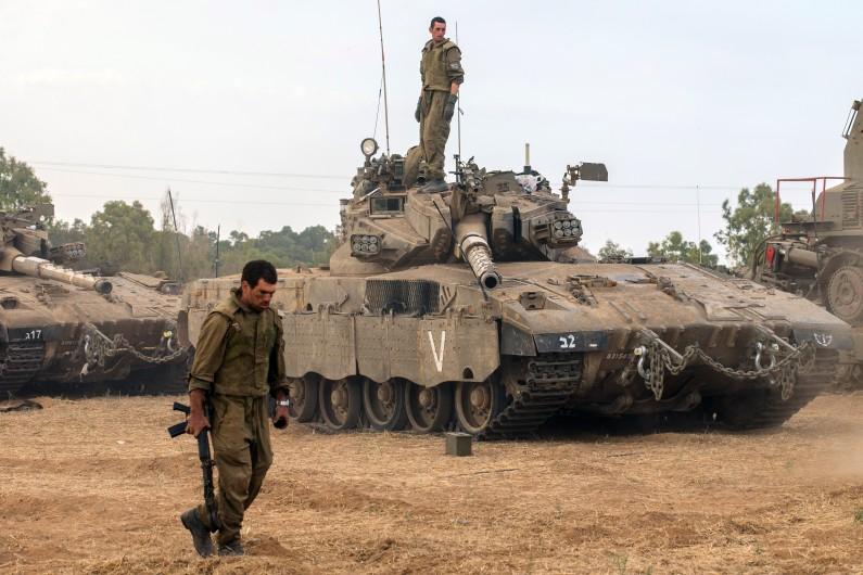Des soldats israéliens à proximité d'un tank Merkava, le 19 juillet 2014 près de la frontière avec la bande de Gaza