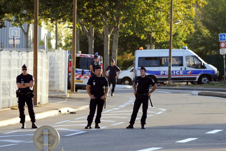 Des policiers gardent les lieux où les juges en charge de l'affaire Merah se sont déplacés, lieux du vol de scooter effectué par le jeune homme, en mars 2012, dans une zone industrielle de Toulouse.