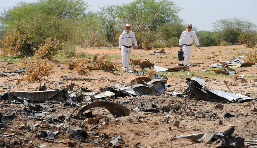 Des experts sur le site du crash de l'avion Air Algérie le 29 juillet 2014