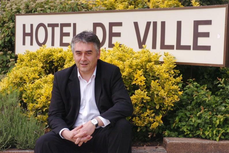 Gilles Bourdouleix devant la mairie de Cholet, en mai 2006.