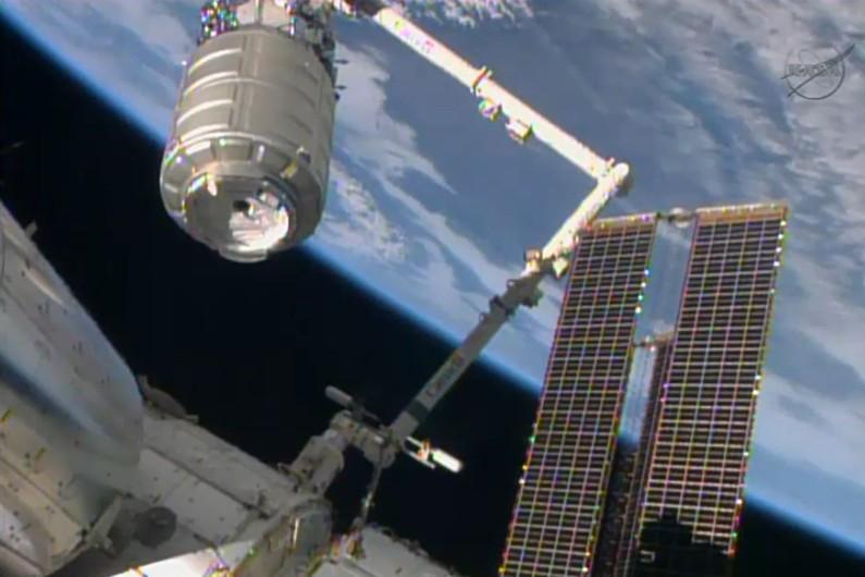 La capsule Cygnus agrippée par un bras mécanique de la Station spatiale internationale, le 12 janvier 2014 (archives)