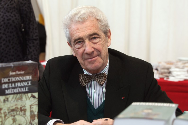 L'historien Jean Favier le 6 novembre 2004 à la Foire du livre de Brive-la-Gaillarde (archives)
