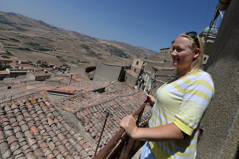 L'Australienne Tavia McNaughtan envisage d'acheter une maison dans le village de Gangi, en Sicile, ici le 14 août 2014.