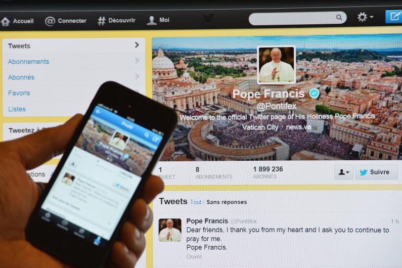 Le compte officiel Twitter du pape François présenté sur un smartphone et un ordinateur, le 17 mars 2013 (archives)