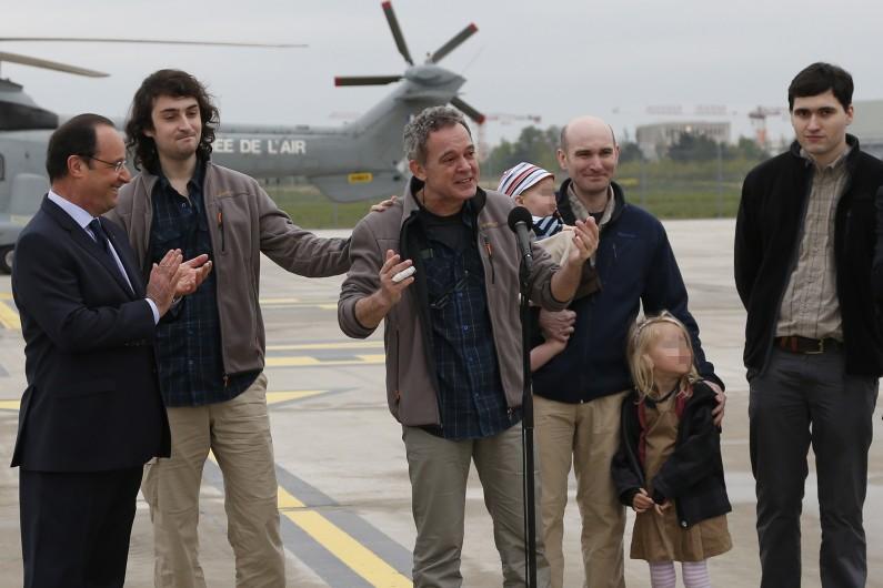 Les journalistes Didier François et Nicolas Hénin (au centre) lors de leur retour à Paris le 20 avril 2014.