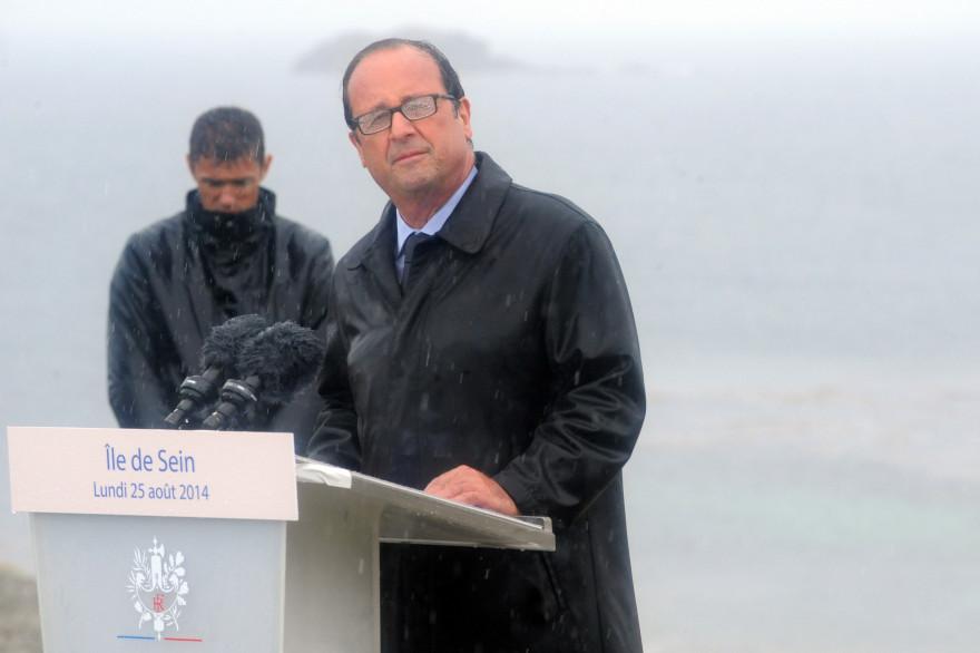 François Hollande a prononcé un long discours sous des trombes d'eau à l'île de Sein, sans évoquer la démission du gouvernement de Manuel Valls.