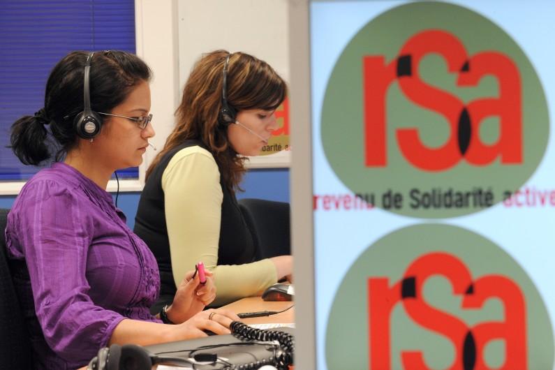 Des téléopérateurs répondent aux questions de milliers de français sur le revenu de solidarité active (RSA)