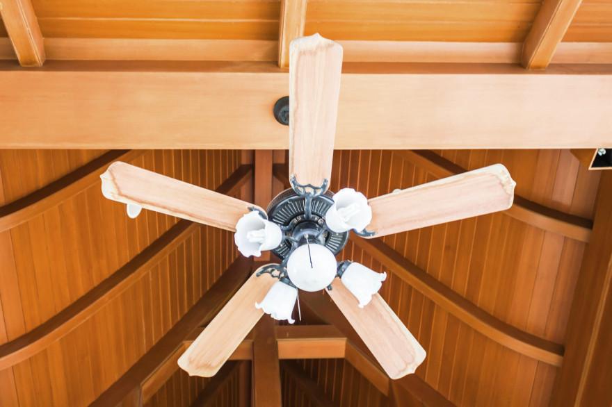 Le ventilateur de plafond peut incorporer des luminaires en supplément