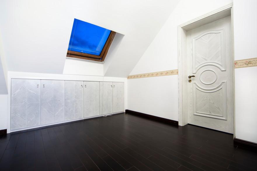Le placard sous pente permet de transformer un espace perdu en espace de rangement