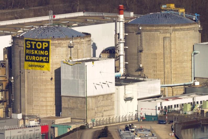 Des militants de Greenpeace déployant une banderole à la centrale de Fessenheim, le 18 mars 2014.