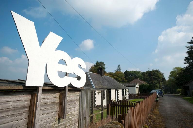 """Un """"Oui"""" pro-indépendance à la frontière entre l'Ecosse et l'Angleterre le 11 septembre 2014 (image d'illustration)."""