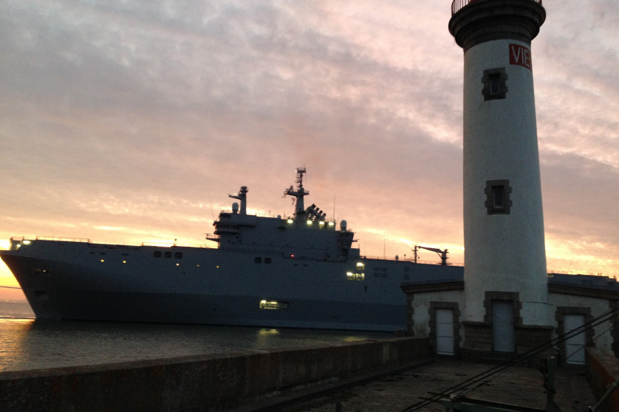 Le navire Mistral quitte le port de Saint-Nazaire samedi 13 septembre 2014