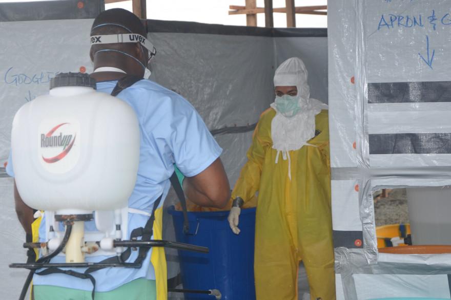 Des volontaires de Médecins sans frontières luttent contre le virus Ebola au Liberia