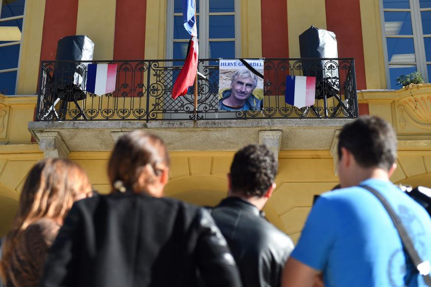Des passants à Saint-Martin-Vésubie, le 25 septembre 2014.