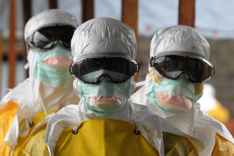 Des hommes portant des protections contre l'Ebola, le 30 août 2014, à Monrovia. (archives)