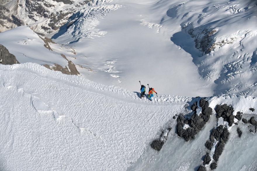 Deux alpinistes dans les Alpes suisses. (Illustration)