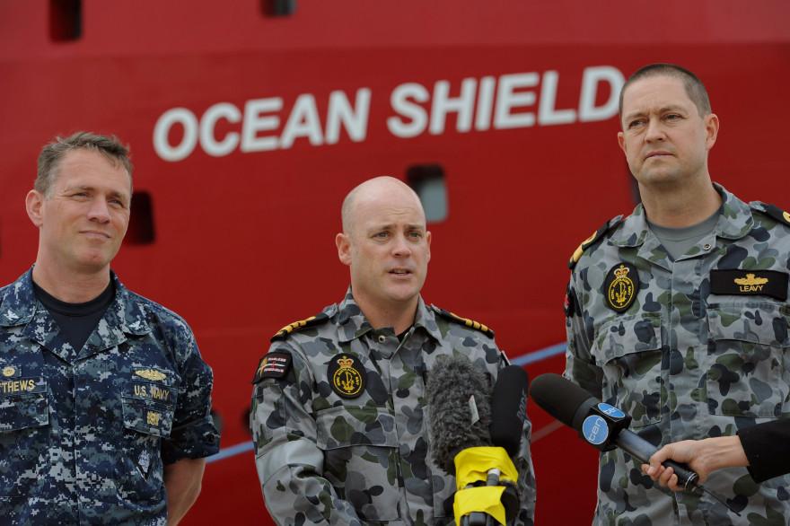 Le commodore Leavy, le capitaine Matthews, et le commandant Lybrand, en charge des recherches de l'avion à bord du bateau Ocean Shield (archives).