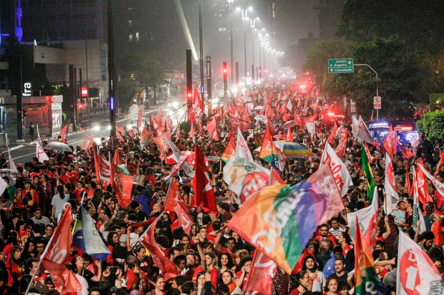 Des Brésiliens célèbrent la réélection de Dilma Rousseff le 26 octobre 2014