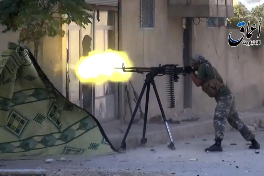 Un combattant de l'État islamique, sur une capture d'écran d'une vidéo mise en ligne.