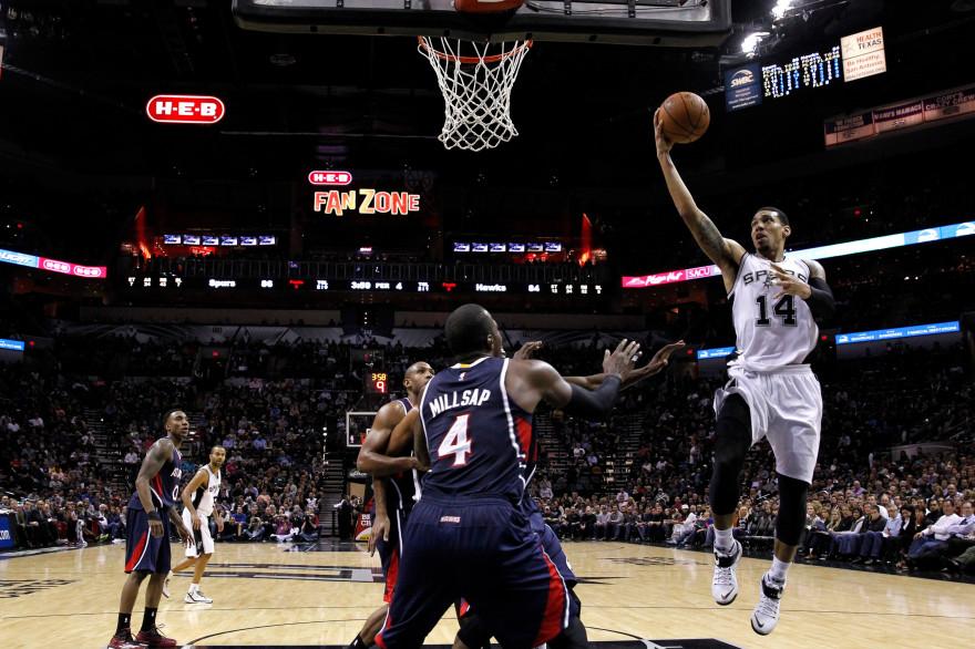 Le maillot 14 des San Antonio Spurs, Danny Green, aux prises avec les Atlanta Hawks, le 5 novembre 2014 au Texas