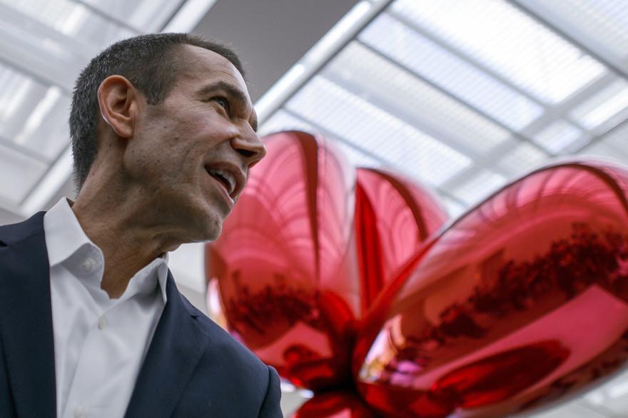 """Jeff Koons et son oeuvre """"Balloon Dog (Red)"""", le 11 mai 2012 à Bâle (archives)."""