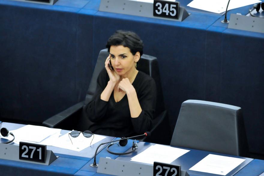 Rachida Dati au téléphone au Parlement européen