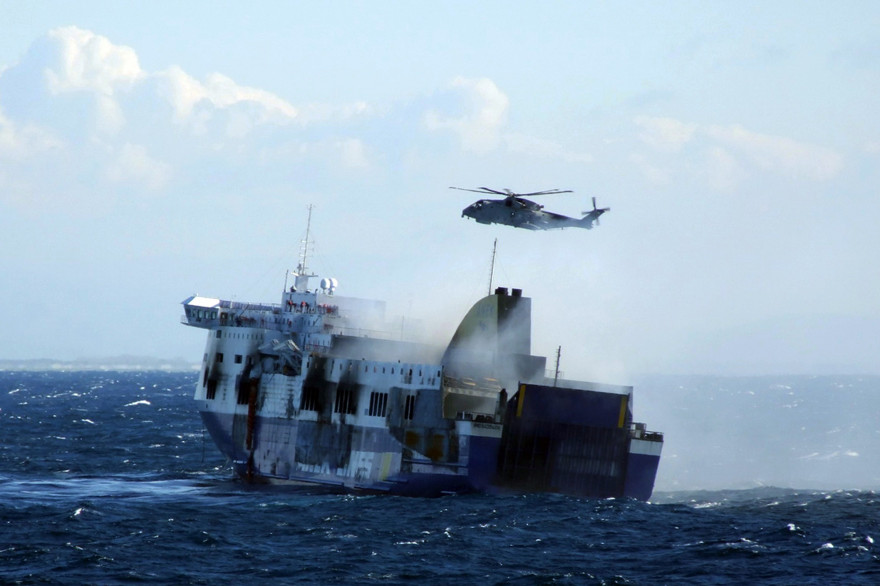Le Norman Atlantic lors des opérations de sauvetage, au large de l'Albanie, le 29 décembre 2014.