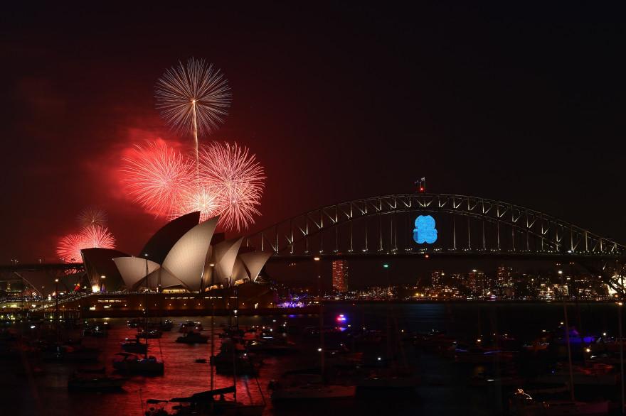 Le traditionnel feu d'artifice du nouvel an au-dessus du Harbour Bridge de Sydney, le 31 décembre 2014.