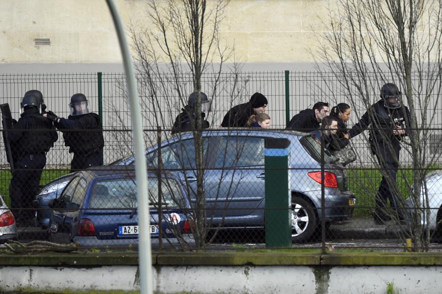 Les forces spéciales évacuent les riverains à Porte de Vincennes