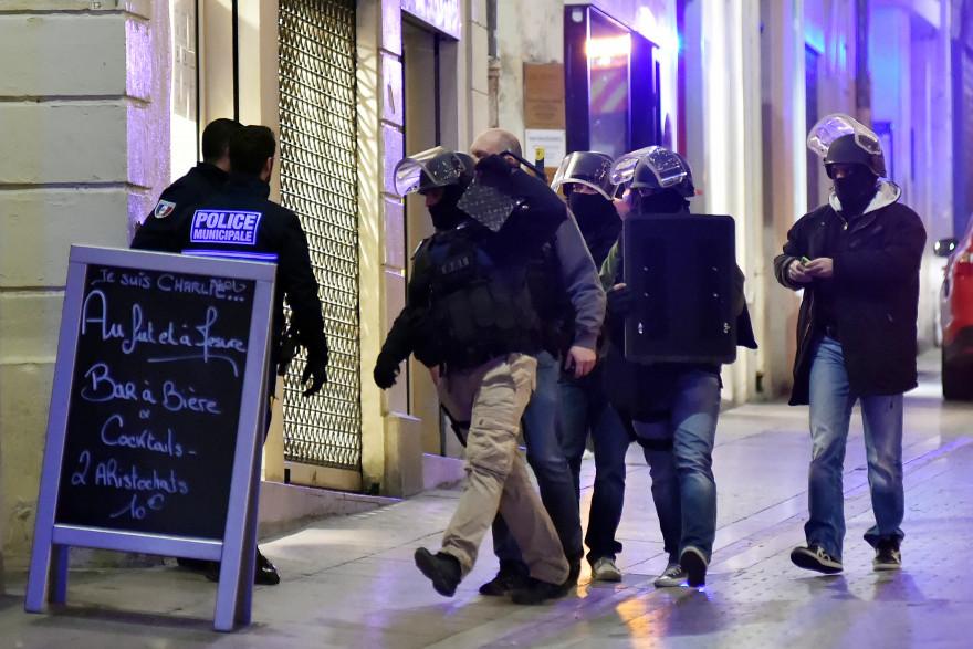 Les forces de l'ordre sur les lieux du braquage qui a tourné en prise d'otage, le 9 janvier 2014 à Montpellier.